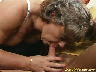 verrückte alte Mutter bekommt Schwanz gefickt und Büro Blowjob Sex