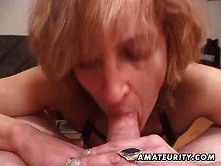 reifen Amateur Frau gibt Kopf mit Sperma in den Mund