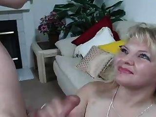 hot blonde Abflüsse gerade in den Mund und schluckt cum