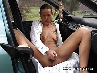 Amateur Hausfrau saugt und fickt in ihrem Auto mit abspritzen