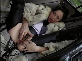Frau im Pelzmantel wird gefickt (Auto - im Freien)