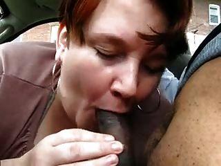 mollig reife gibt jungen schwarz auf dem Auto Blowjob