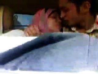 arabisches hijab Mädchen gesaugt große Brüste und küsste im Auto