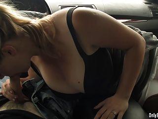sima bläst auf Hahn in einem Auto