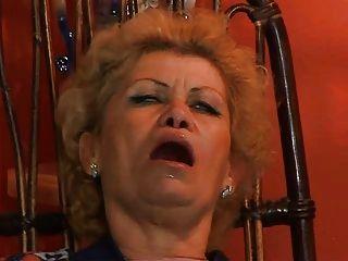 Oma Effie von tv repairman troia nimmt in den Arsch den ganzen Weg Titten harten Schwanz assfucked bekommen
