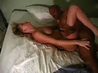 ein Hahnrei Mann filmt seine blonde Frau mit einem bbc