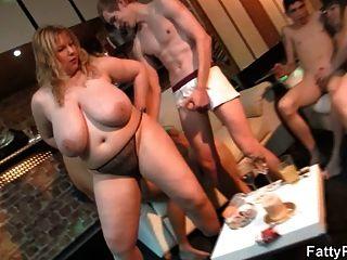 Fett blonde Fahrten und saugt Hahn auf der Party
