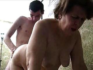 russische Oma und junger Mann