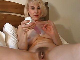 süße Mutter Hasel kann spielt mit ihren haarigen Pussy