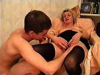 reife Dame und ein junger Mann etwas Wein nehmen