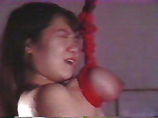 japanisches Mädchen wird von ihren Brüsten brutal gefoltert und suspendierte