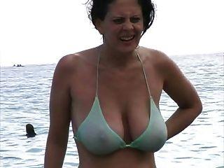 Hot MILF im Bikini am Strand