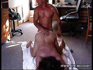 mollig Amateur-Frau auf dem Boden gefickt