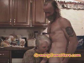 er gefickt seine eigene Schwiegermutter während Frau beobachtete