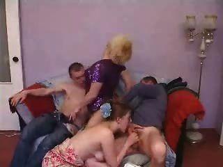 reife und junge Gruppe Sex Paar Swinger