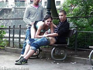 öffentlichen Sex zu dritt auf der Straße. genial!