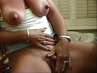 Schlampe Oma großen Brustwarzen ihre große Klitoris streicheln