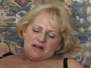 blond Oma saugen und ficken