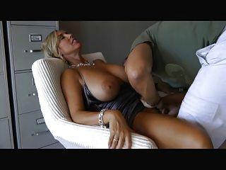 Frau mit großen Titten saugen und ficken