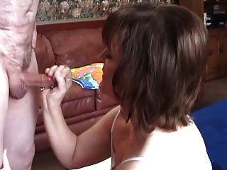 molly schlägt einen anderen Gast in ihrem Haus