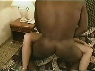heiße echte Frau hat schwarze Liebhaber cum auf Ehering leckt bis es dann er creampies ihr pt 2
