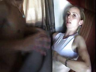 ein junger Mann fickt seine Mutter in einem Zug