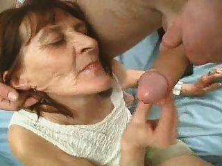 faltige Oma spielt mit einem Schwanz