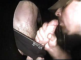 studly Schwanzlutscher bekommt bei Glory Hole von großen Schwanz ein Gesicht