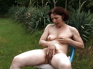 alt reifen masturbing im Garten