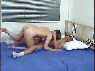 Mutter und Kind auf dem Bett s88