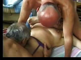 Oma hegt zwei alte Männer