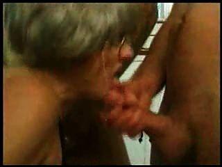 grand Mutter Trys Gang Bang mit mehreren jungen Jungs