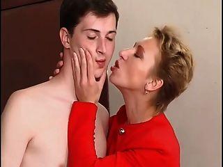 heiß kurzhaarigen reifen mit dem jungen Jungen