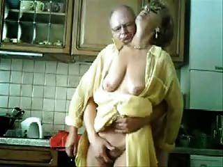 Mama und Papa, die Spaß in der Küche. gestohlen Video