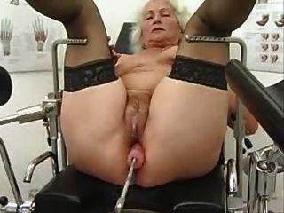 Oma norma arbeitet auf einer Sex-Maschine aus