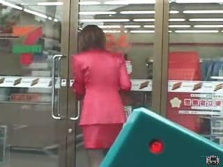 Japanische MILF verwendet eine Fernbedienung Vibrator in der Öffentlichkeit und Schläge