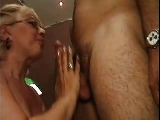 blonde Granny in weißen Netzstrümpfe fickt