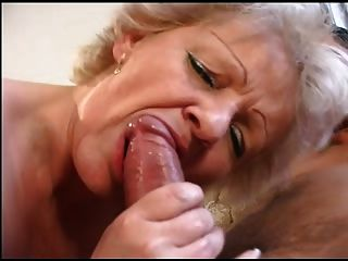 plump blonde alte Oma in Strümpfen fickt