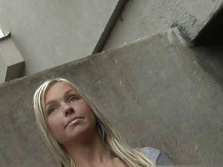 Engel Mädchen zuckt ein Fremder in der Straße