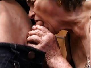 alte haarige Oma in Strümpfen saugen und ficken gefingert