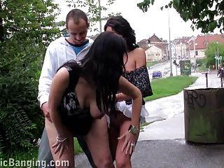 riskanten Sex in der Öffentlichkeit schwanger zwei Mädchen Dreier. genial!