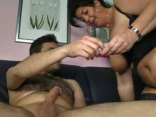 Deutsch Mutter zeigt Junge, wie man eine Frau cum zu machen
