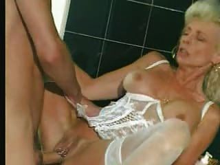 Oma in weißen Dessous und Strümpfe GEFISTET