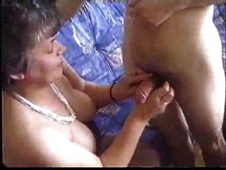 Amateur Oma genießt eine junge saugen und ficken