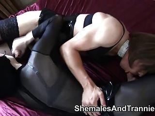 ein Paar von Amateur-Transen saugen und ficken