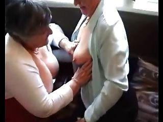 zwei Omas versuchen, ihre Spielsachen aus