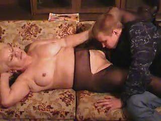 blonde alte Oma in Strumpfhosen saugt und fickt den Jungen