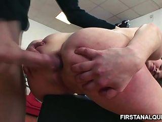 unschuldige Teenager-Mädchen nimmt einen riesigen Schwanz in ihre kleine Arschloch