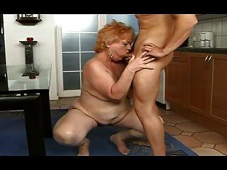 mollig Oma bekommt ein Gesicht von einem Jungen