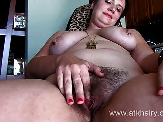 mollig lucy lamoore von atkhairy zeigt Ihnen ihre rosa Kitzler